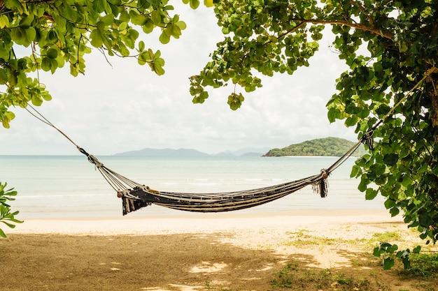 美しいビーチに木とハンモック