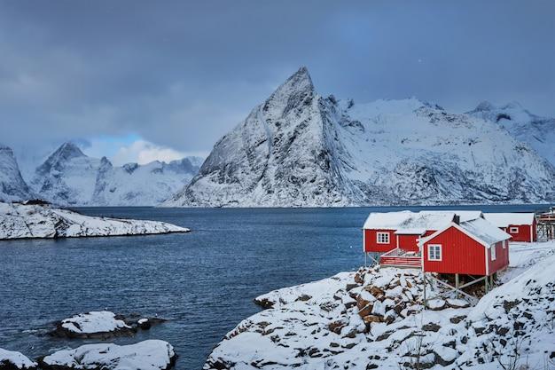 Хамной рыбацкий поселок на лофотенских островах, норвегия