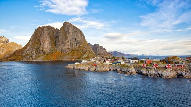 美しい山とロフォーテン諸島、ノルウェーのhamnoy村の空