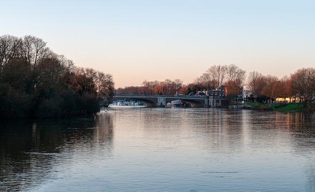 Hampton court bridge sul fiume tamigi al tramonto