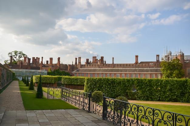햄프턴 코트 궁전, 벽돌, 영국, 잔디, 공공 공원. 런던, 영국 - 2014년 7월 21일: hampton court는 원래 1514년경 henry viii 왕이 가장 좋아했던 thomas wolsey 추기경을 위해 지어졌습니다.