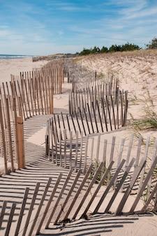 Фехтование вдоль пляжа у hamptons