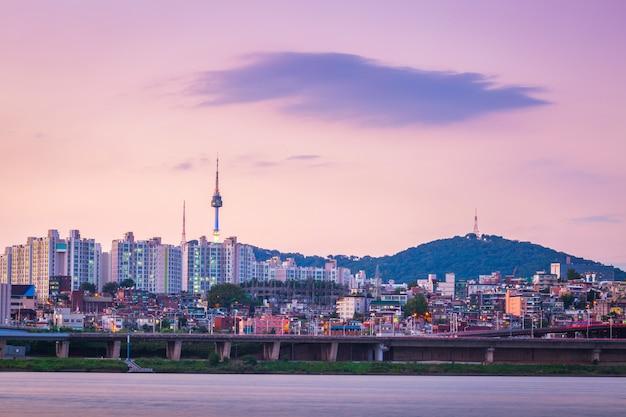 Река хан вечером и русская сеульская башня позади, сеул, южная корея. Premium Фотографии