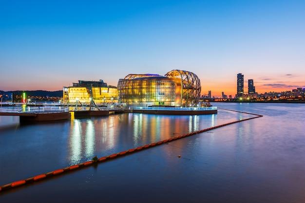 Заход солнца на реке han в городе сеула, южной корее.