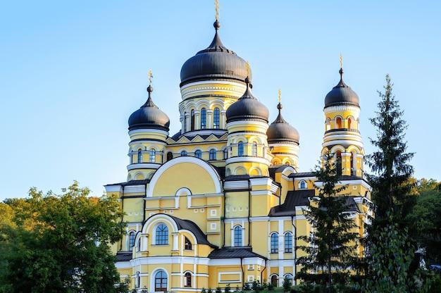 モルドバの緑に囲まれたハンク修道院と教会