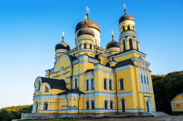 Monastero e chiesa di hancu tra il verde in moldova