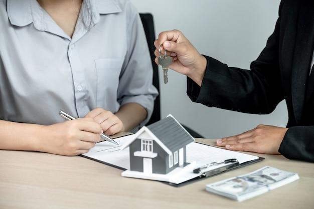 不動産業者に手渡し、鍵を持って、事業契約、賃貸、購入、住宅ローン、ローン、住宅保険について説明します。