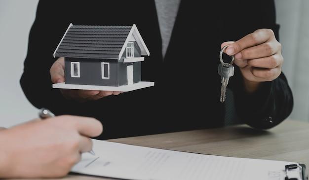 Передайте агенту по недвижимости, держите ключи и объясните деловой договор, аренду, покупку, ипотеку, ссуду или страхование жилья.