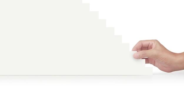 Рука и фигурка из бумаги на увеличивающихся блоках