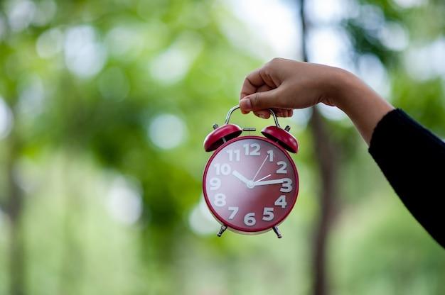 手と目覚まし時計