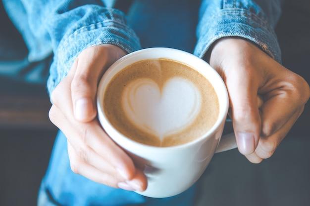 ビンテージカラーフィルターで手と芸術のコーヒー