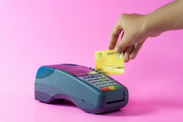 オンラインビジネスの手とクレジットカードの写真。法的責任
