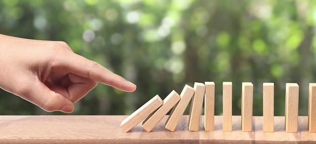 독창적으로 손과 도미노 효과가 멈췄습니다.