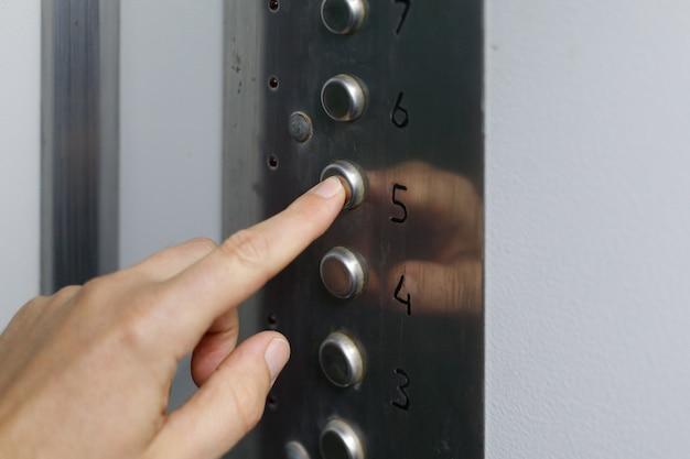 손과 손가락으로 엘리베이터 버튼 누르기