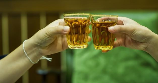 주류 판매점 주류의 손과 주류 주스. 티