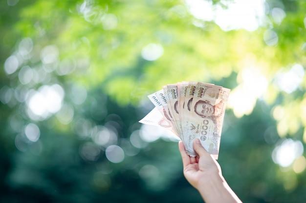 手とお金、金融幹部の複数の紙幣