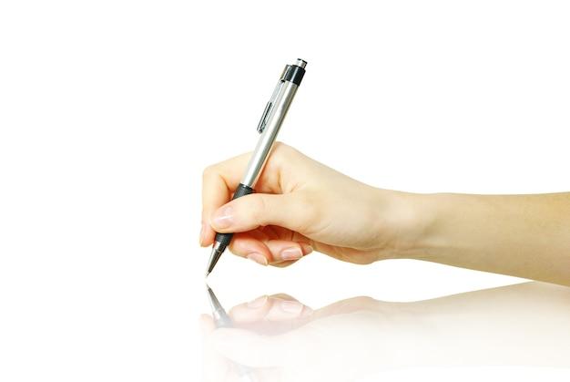白い背景の上の手とペン