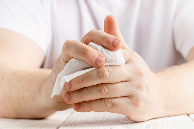 Рука с применением спирта протрите дезинфицирующее средство для рук, чтобы предотвратить распространение бактерий и вирусов. концепция личной гигиены.