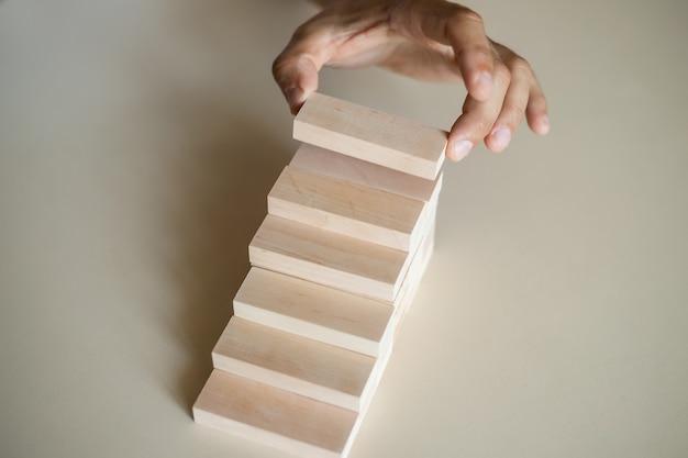 ステップ階段として木製のブロックの積み重ねを手で配置します。