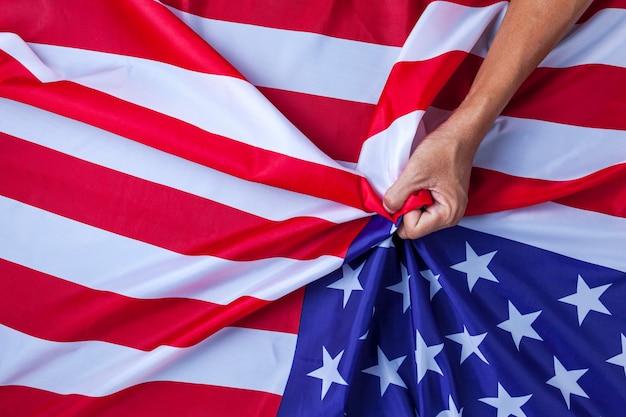 手アジア人一握りのアメリカ国旗flag中国とアメリカの間の対立