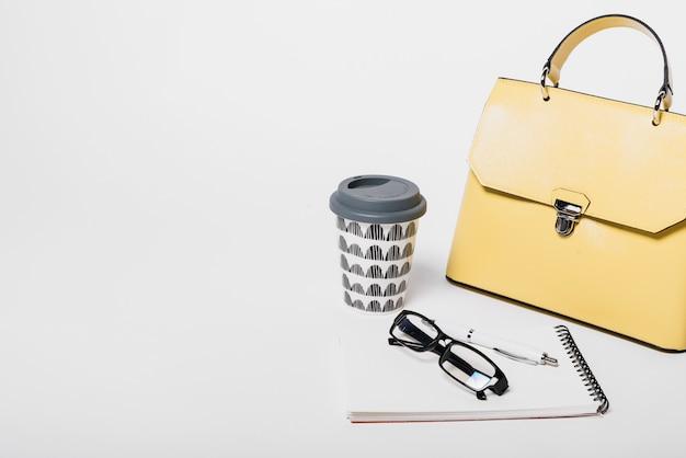 손 가방 및 커피 구성