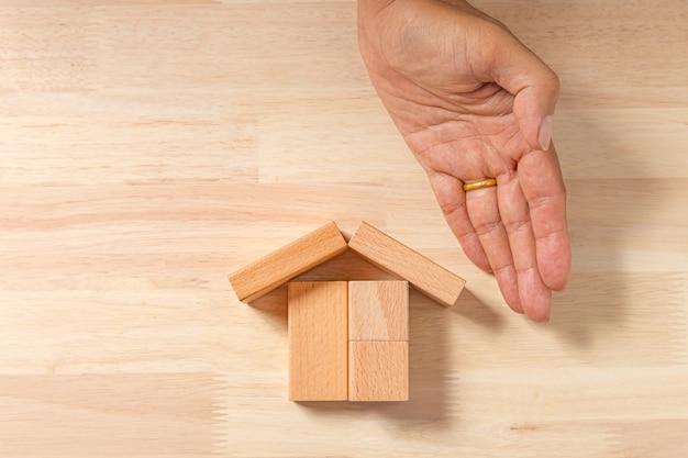 Дом ручной постройки (недвижимость) из деревянных блоков