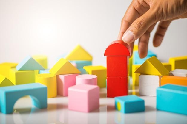 나무 블록으로 손 건물 집 (부동산)