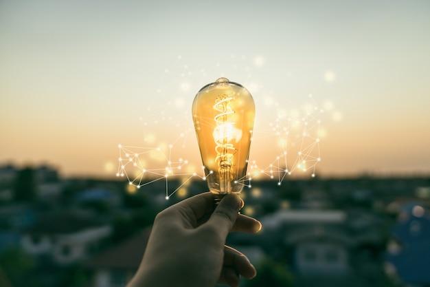 ライトラインと電球を保持している手ビジネスマン