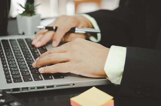 손 사업가 컴퓨터 키보드에 입력합니다.