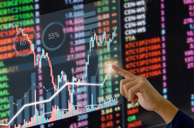 Виртуальный экран касания бизнесмена руки. графики и графики торговли на фондовом рынке или форекс с идеями финансовых вложений