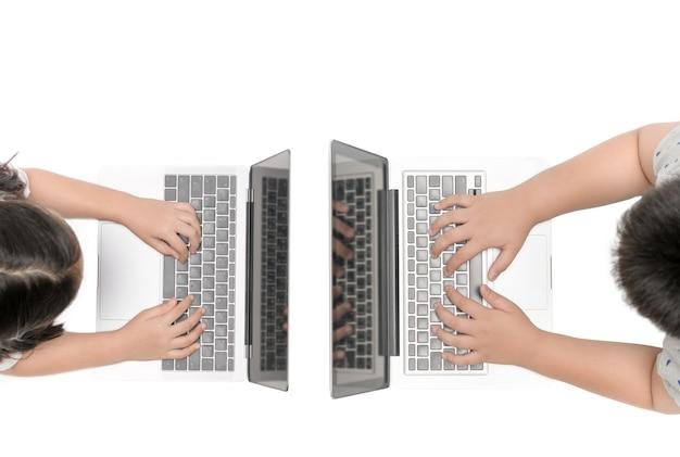 手の子供は、コンピュータを再生する上のビューには、白い背景、教育コンセプト