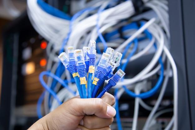 Utp lan 케이블의 rj45 헤드와 많은 네트워크 연결 케이블을 손으로 선택하십시오.