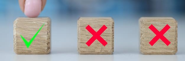 Рука выбирает между двумя кубиками с помощью да и нет