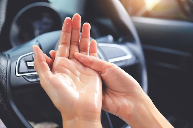 Ручная чистка пальца для уничтожения бактерий и вирусов в автомобиле рулевого колеса. люди, живущие жизнь с концепцией вируса secape corona