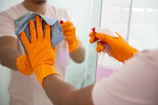 Ручная очистка зеркала тканью и спреем.