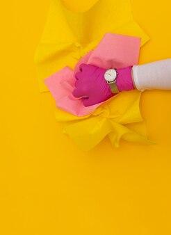 手時計時計黄色保護ピンクグローブブルーぼろワイパー背景手