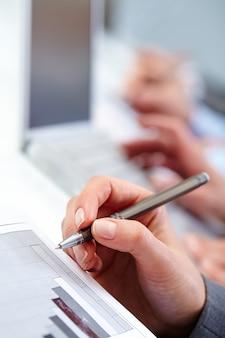 Рука крупным планом исполнительного письма на встрече