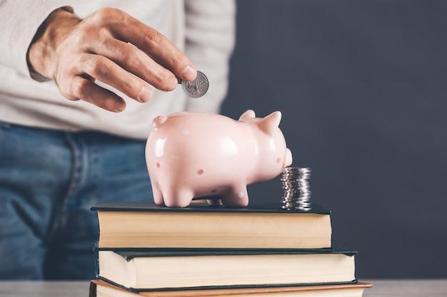 本の貯金箱と手硬貨