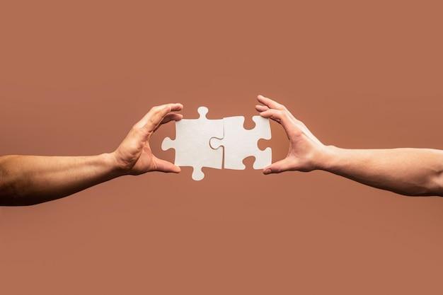 ジグソーパズルを接続する手。
