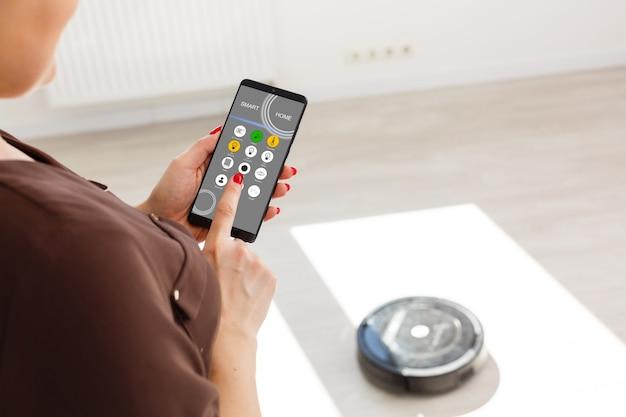 Ручное управление роботом-пылесосом на деревянном ламинатном полу.