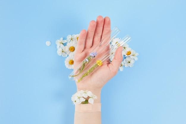 花と絆創膏を使ったハンドコスメティック。手のしわ防止のための化粧品、デイスパ。