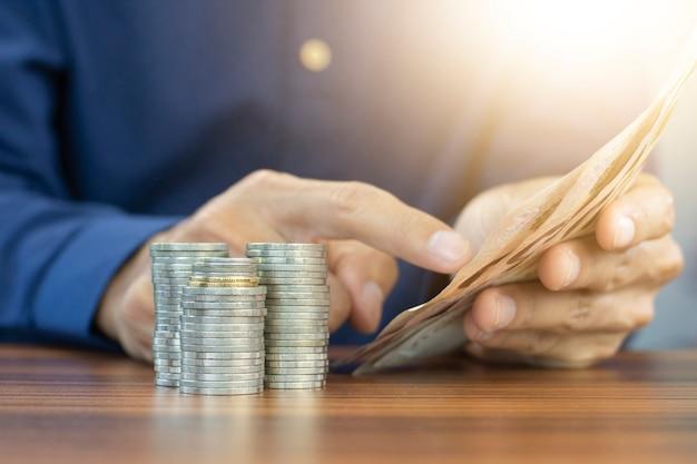 손 계산 돈과 동전 스택 비즈니스 투자