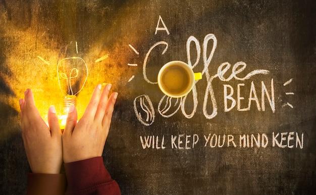 칠판에 메시지와 함께 조명 된 전구를 덮고 손 무료 사진