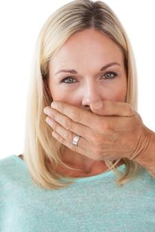 Рука, охватывающая рот молодой женщины