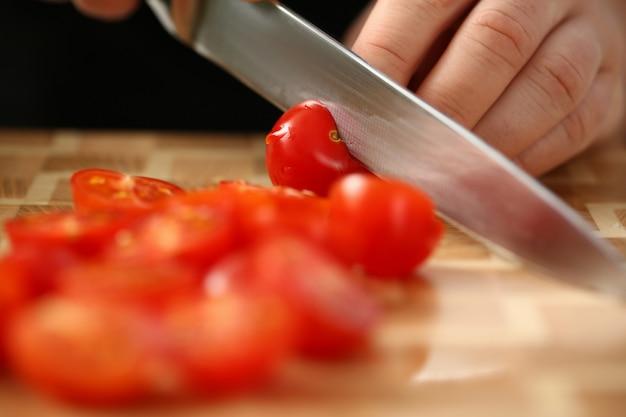 Ручная нарезка помидоров черри