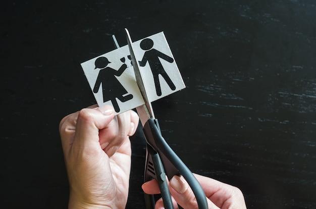 Семья ручной резки бумаги с ножницами