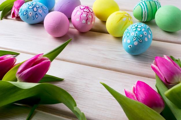 手描きの卵とチューリップ
