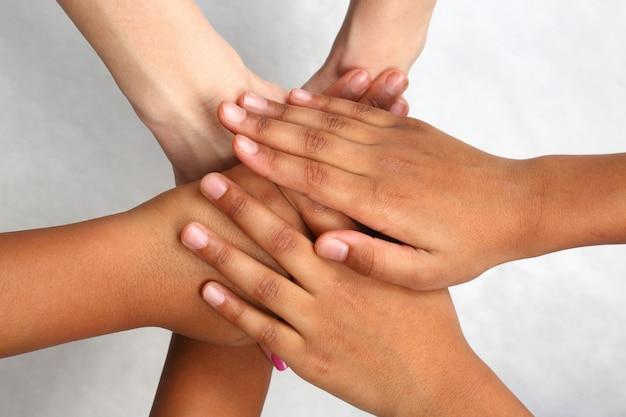 Руки разных людей сложены друг на друга