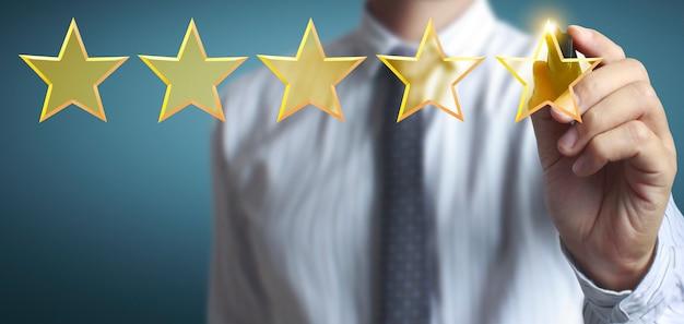 Рука нарисовать пятизвездочный рейтинг, концепция оценки
