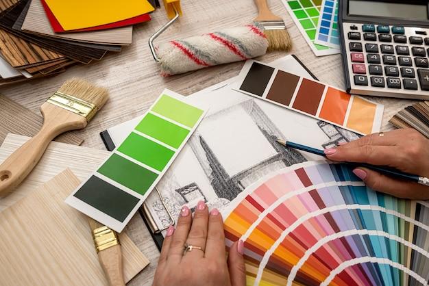 手描きの家のスケッチ計画の青写真とビジネスの色を選択します
